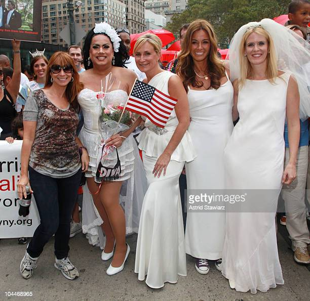TV Personalites from 'Real Housewives of New York City' Jill Zarin Sonja Morgan Kelly Killoren Bensimon and Alex McCord pose for photos with fans...