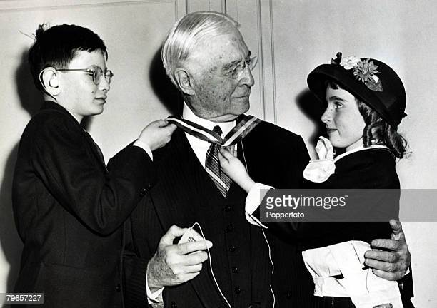 1947 New York Bernard Baruch partially deaf since birth with two children he having just received the gold sunburst medallion for his efforts to help...