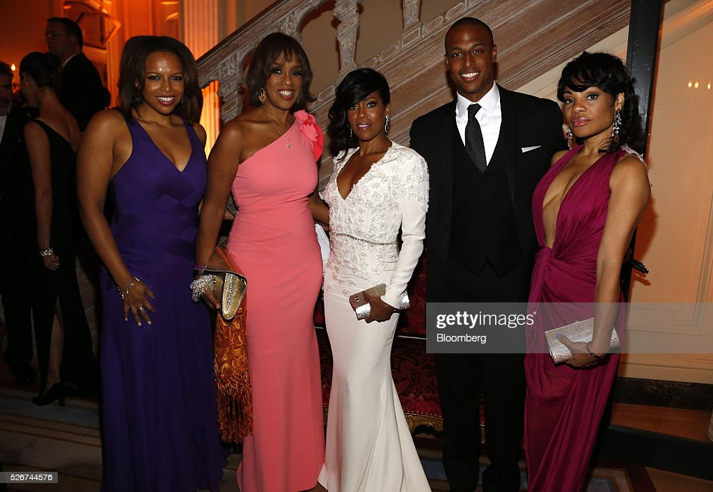 TV personality Gayle King, second left, and actress Regina King, center, attend the Bloomberg Vanity Fair White House Correspondents' Association (WHCA) dinner afterparty in Washington, D.C., U.S., on Saturday, April 30, 2016. The 102nd WHCA raises money for scholarships and honors the recipients of the organization's journalism awards. Photographer: Andrew Harrer/Bloomberg via Getty Images