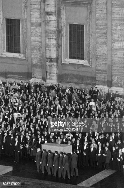 50 000 personnes assistent aux funérailles du Pape JeanPaul 1er sur la Place SaintPierre de Rome le 4 octobre 1978 en Italie