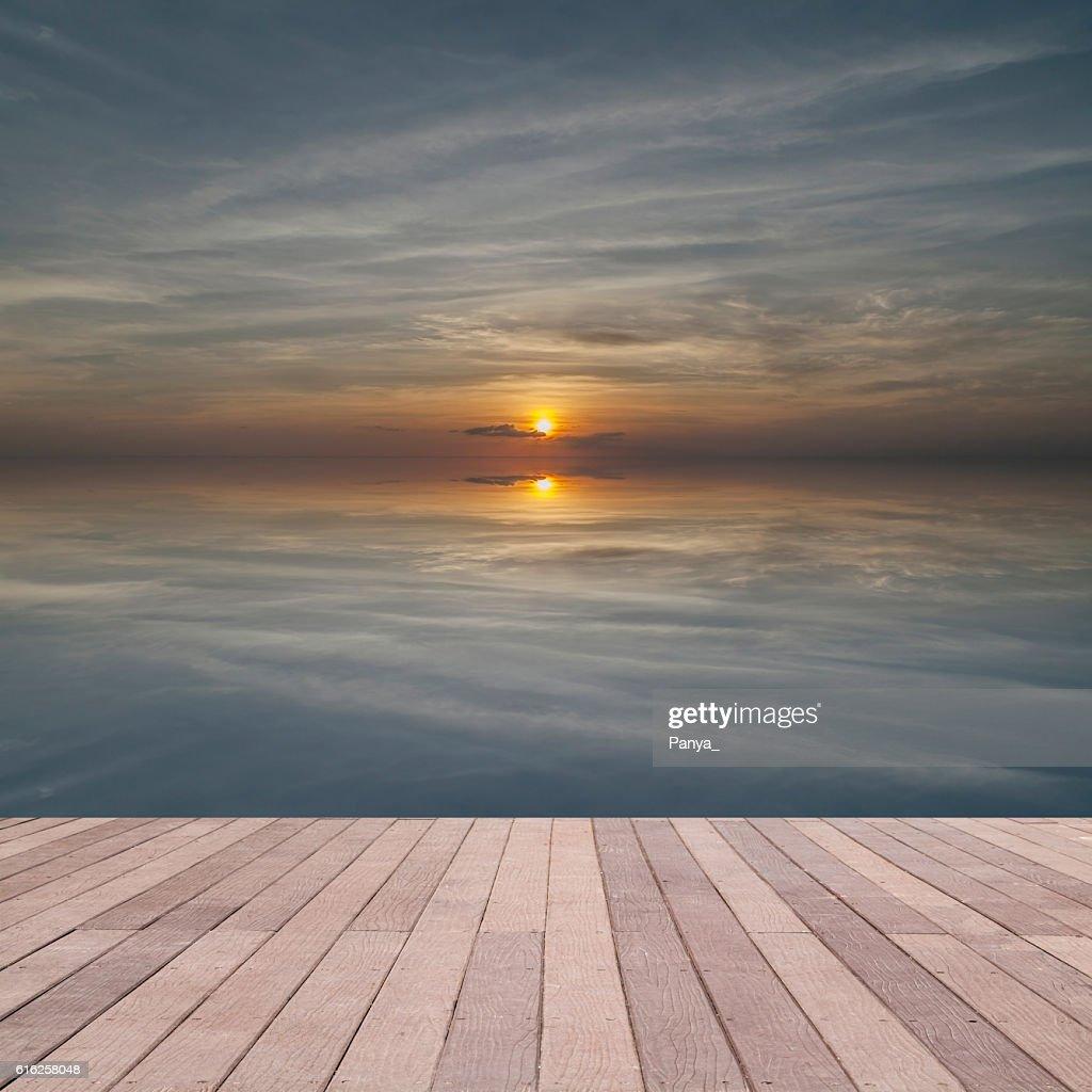 perspective wood plank floor on sunset sky sea : Foto de stock