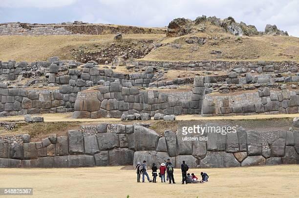 Peru Cusco Blick aus der Höhe auf die hoch über der Stadt gelegene Ausgrabungsstätte der alten InkaFestung Sacsayhuaman