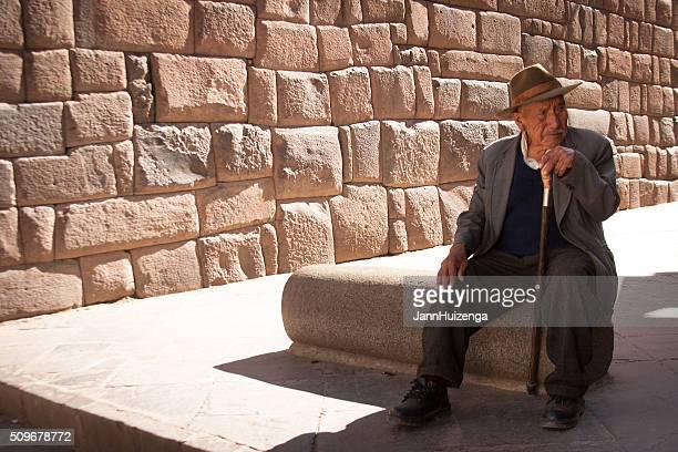 Peru : Homem idoso com o Fedora perto Inca Muro de Pedra, Cusco
