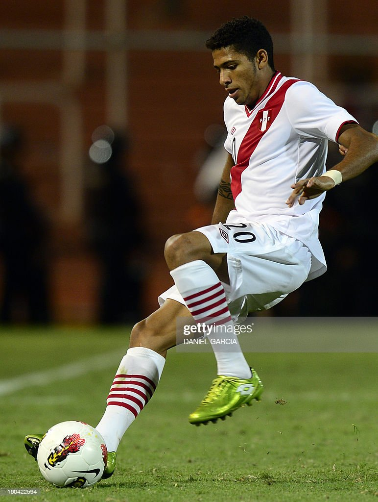 Peru's defender Edwin Gomez takes the ball with during their South American U-20 final round football match against Ecuador at Malvinas Argentinas stadium in Mendoza, Argentina, on January 30, 2013. Four teams will qualify for the FIFA U-20 World Cup Turkey 2013.