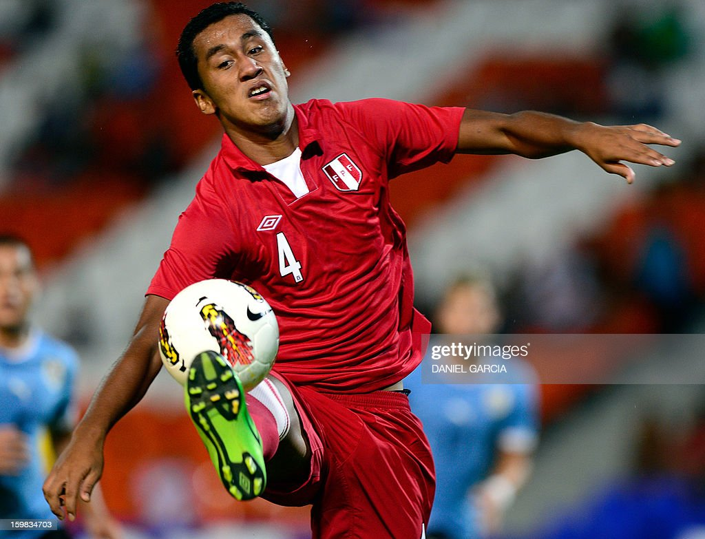 Peru's defender Renato Tapia controls the ball during their South American U-20 final round football match against Uruguay at Malvinas Argentinas stadium in Mendoza, Argentina, on January 20, 2013. Four teams will qualify for the FIFA U-20 World Cup Turkey 2013.