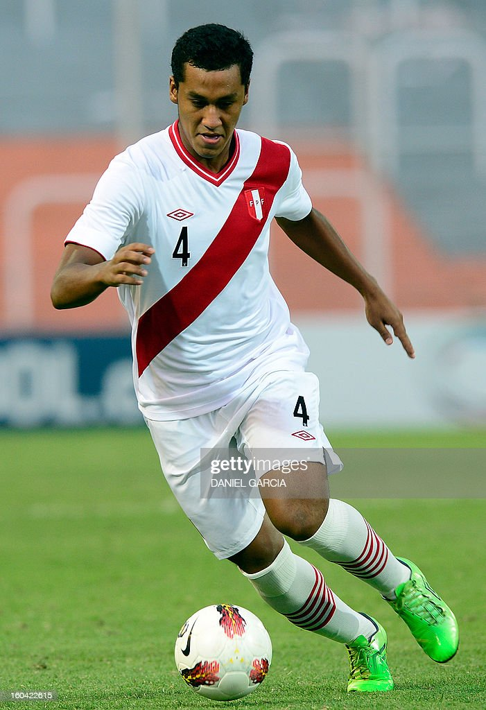 Peru's defender Renato Tapia takes the ball with during their South American U-20 final round football match against Ecuador at Malvinas Argentinas stadium in Mendoza, Argentina, on January 30, 2013. Four teams will qualify for the FIFA U-20 World Cup Turkey 2013. AFP PHOTO / DANIEL GARCIA