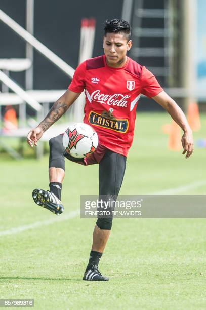 Peru's footballer Raul Ruidiaz takes part in a training session in Lima on March 26 2017 ahead of their World Cup qualifier matches against Uruguay /...