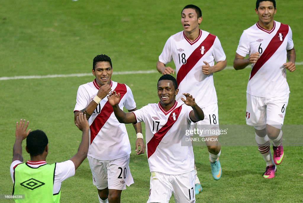 Peru's forward Yordi Reina celebrates with an unidentified substitute (L) and teammates defender Edwin Gomez (2-L), forward Jean Deza and midfielder Hernan Hinostroza (R) after he scored the second goal against Ecuador, during their South American U-20 final round football match at Malvinas Argentinas stadium in Mendoza, Argentina, on January 30, 2013. Four teams will qualify for the FIFA U-20 World Cup Turkey 2013. AFP PHOTO / DANIEL GARCIA