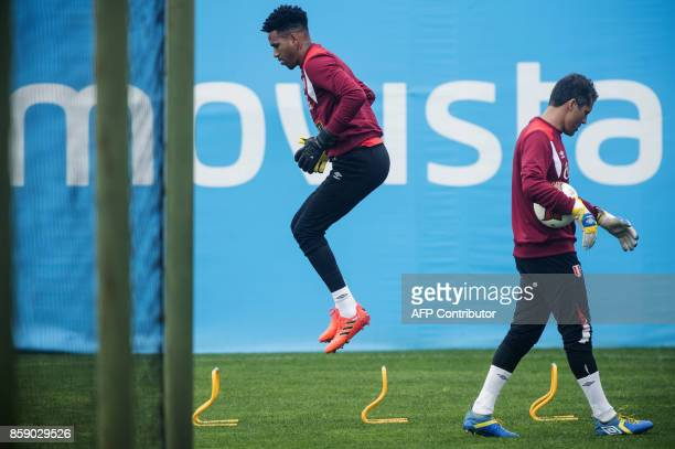Peru's goalkeepers Pedro Gallese and Leao Butron during a training session in Lima on October 8 2017 ahead of their FIFA 2018 World Cup South...