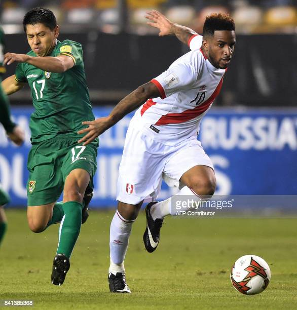 Peru's Jefferson Farfan drives the ball past Bolivia's Diego Wayar during their 2018 World Cup qualifier football match in Lima on August 31 2017 /...