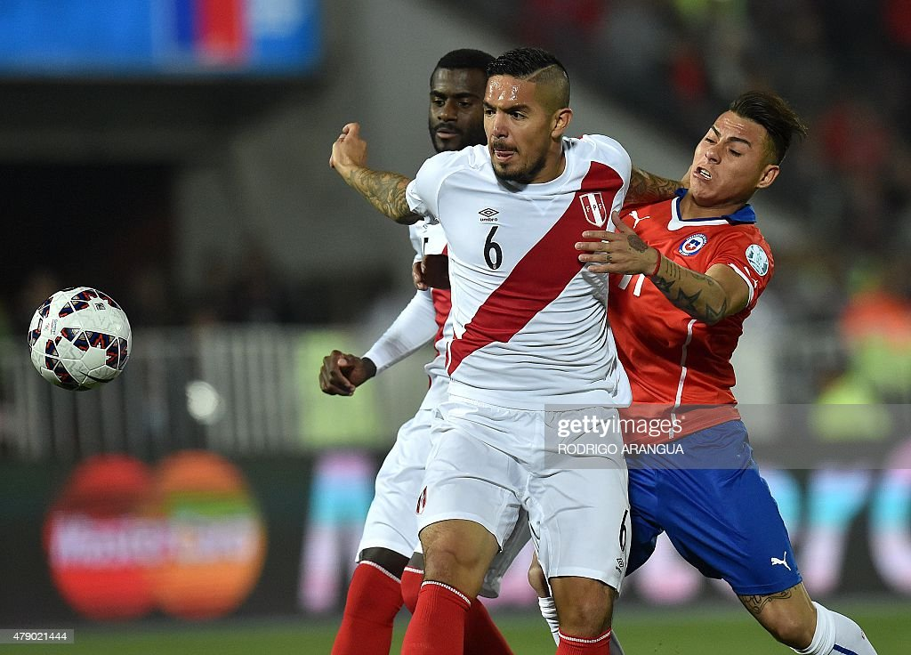 Peru's midfielder <a gi-track='captionPersonalityLinkClicked' href=/galleries/search?phrase=Juan+Vargas+-+Soccer+Player&family=editorial&specificpeople=4167791 ng-click='$event.stopPropagation()'>Juan Vargas</a> (C) is marked by Chile's forward Eduardo Vargas (R) during their 2015 Copa America football championship semi-final match, in Santiago, on June 29, 2015.