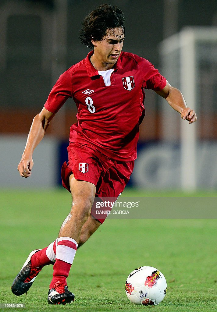 Peru's midfielder Rafael Guarderas controls the ball during their South American U-20 final round football match against Uruguay at Malvinas Argentinas stadium in Mendoza, Argentina, on January 20, 2013. Four teams will qualify for the FIFA U-20 World Cup Turkey 2013.