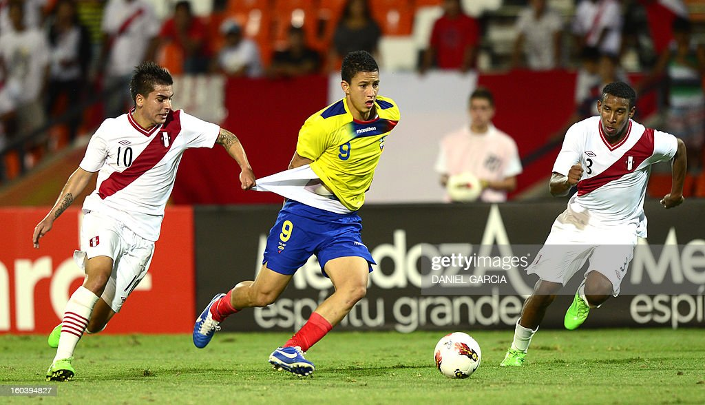 Peru's midfielder Victor Cedron (L) vies for the ball with Ecuador's forward Miguel Parrales during their South American U-20 final round football match against Ecuador at Malvinas Argentinas stadium in Mendoza, Argentina, on January 30, 2013. Four teams will qualify for the FIFA U-20 World Cup Turkey 2013. AFP PHOTO / DANIEL GARCIA