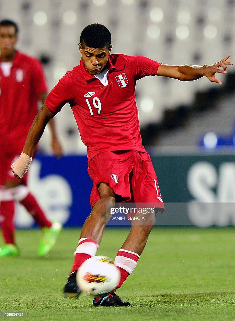 Peru's midfielder Wilder Cartagena controls the ball during their South American U-20 final round football match against Uruguay at Malvinas Argentinas stadium in Mendoza, Argentina, on January 20, 2013. Four teams will qualify for the FIFA U-20 World Cup Turkey 2013.