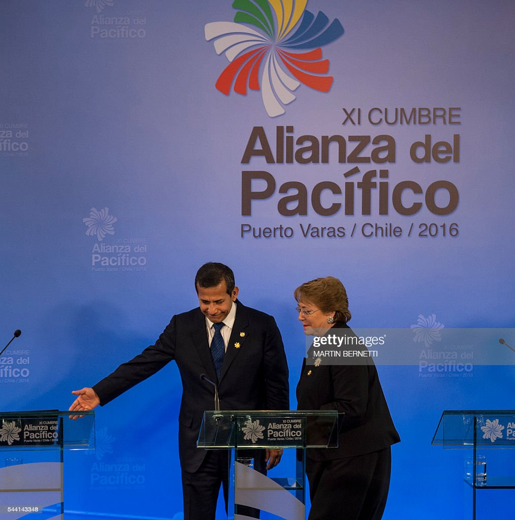 Peru's President Ollanta Humala (L) and Chile's President Michelle Bachelet participate in the XI Pacific Alliance Summit in Puerto Varas, 1150 km south of Santiago, Chile, on July 1, 2016. / AFP / Martin BERNETTI