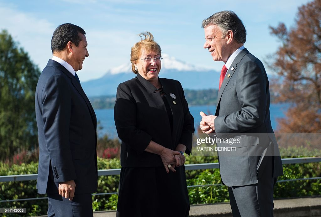 Peru's President Ollanta Humala, Chile's President Michelle Bachelet and Colombia's President Juan Manuel Santos chat before posing for the official picture of the XI Pacific Alliance Summit in Puerto Varas, 1150 km south of Santiago, Chile, on July 1, 2016. / AFP / Martin BERNETTI