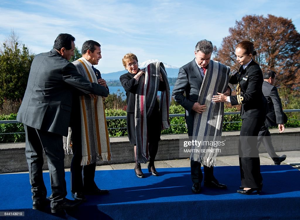 Peru's President Ollanta Humala (2-L), Chile's President Michelle Bachelet (C) and Colombia's President Juan Manuel Santos (2-R) get ready to pose for the official picture of the XI Pacific Alliance Summit in Puerto Varas, 1150 km south of Santiago, Chile, on July 1, 2016. / AFP / Martin BERNETTI