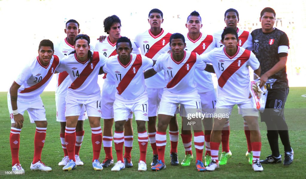 Peru's U20 football team pose before the South American U-20 final round football match against Chile at Malvinas Argentinas stadium in Mendoza, Argentina, on February 3, 2013. Four teams will qualify for the FIFA U-20 World Cup Turkey 2013.