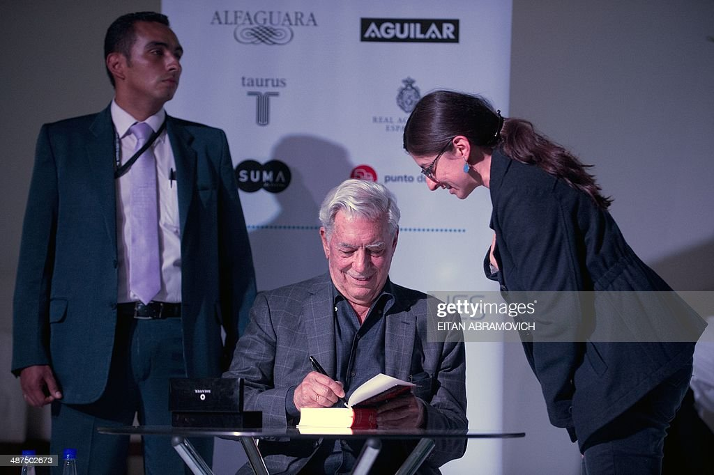 Peruvian 2010 Nobel Prize in Literature laurate Mario Vargas Llosa (C) signs books during the International Book Fair of Bogota, which has Peru as guest of honor, on April 30, 2014, in Bogota, Colombia. AFP PHOTO/Eitan ABRAMOVICH