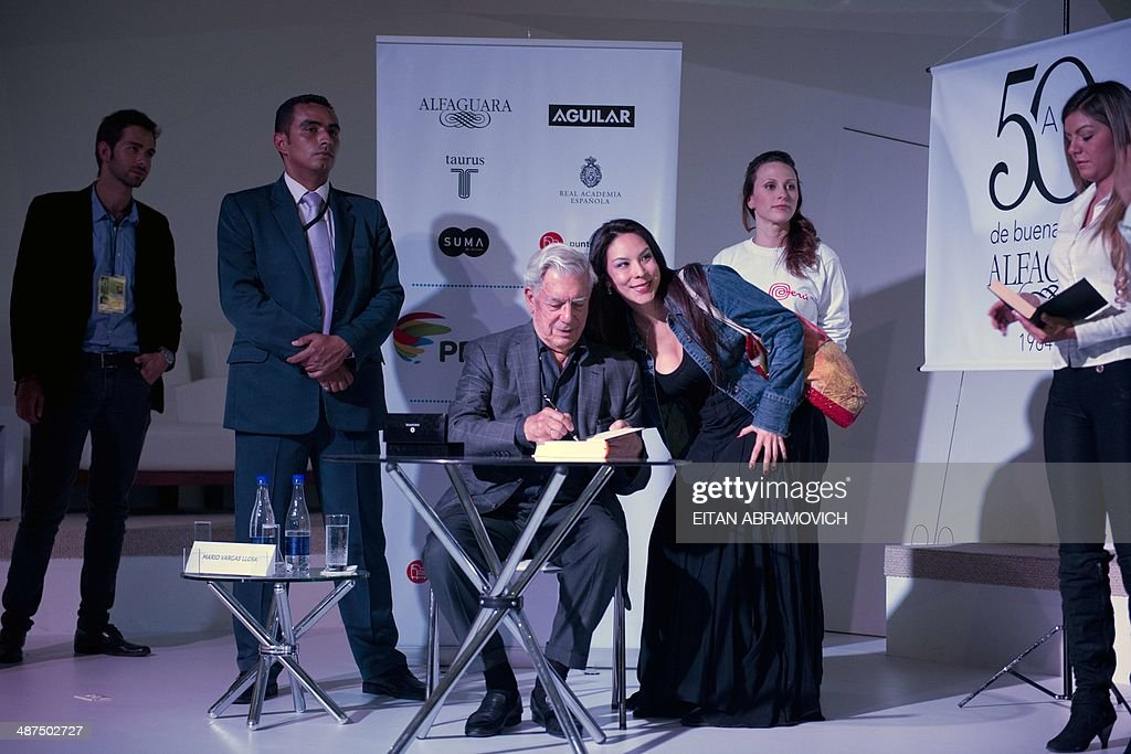 Peruvian 2010 Nobel Prize in Literature laureate Mario Vargas Llosa (C) signs books during the International Book Fair of Bogota, which has Peru as guest of honor, on April 30, 2014, in Bogota, Colombia. AFP PHOTO/Eitan ABRAMOVICH