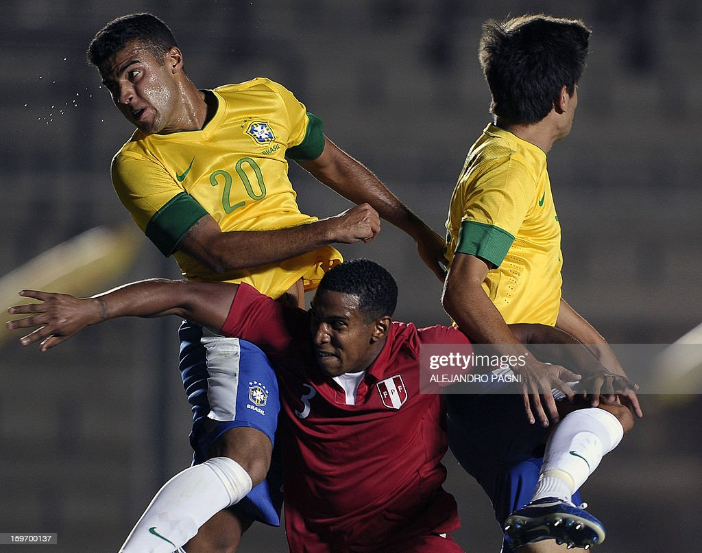 Peruvian defender Marcos Ortiz (C) jumps for the ball with Brazilian midfielders Rafael Alcantara (L) and Nico Mattheus during their South American U-20 Championship Group B football match, at Bicentenario stadium in San Juan, Argentina, on January 18, 2013. Four teams will qualify for the Turkey 2013 FIFA U-20 World Cup. AFP PHOTO / ALEJANDRO PAGNI