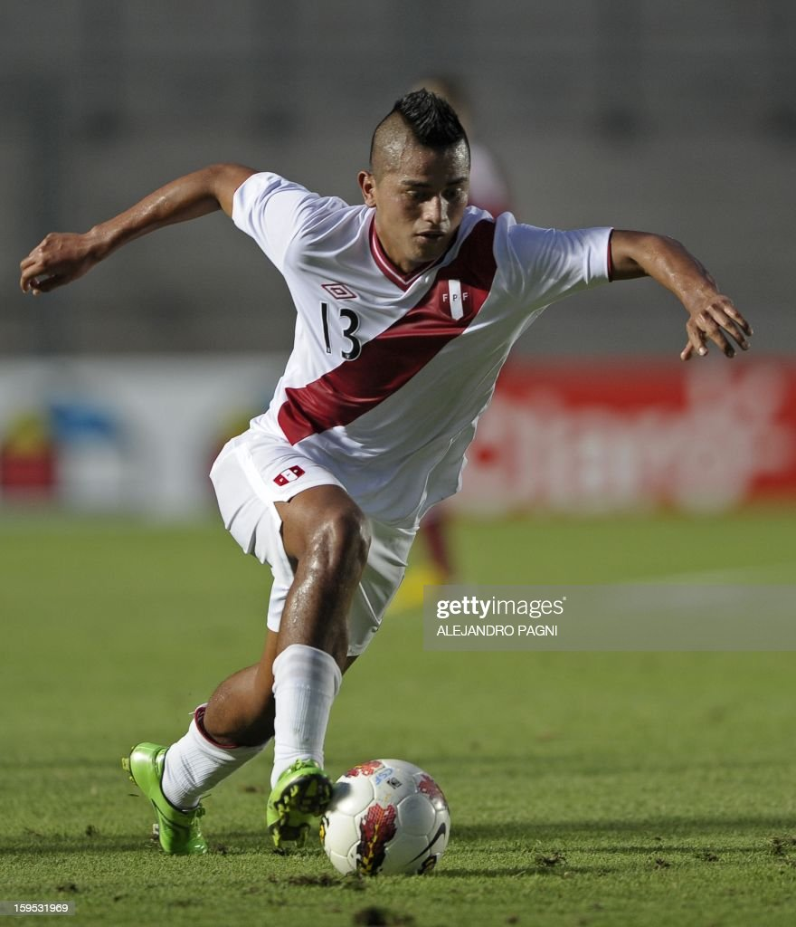 Peruvian defender Renzo Chavez controls the ball during their South American U-20 Championship Group B football match against Venezuela, at Bicentenario stadium in San Juan, Argentina, on January 14, 2013. Four South American teams will qualify for the FIFA U-20 World Cup Turkey 2013. Peru won by 1-0.