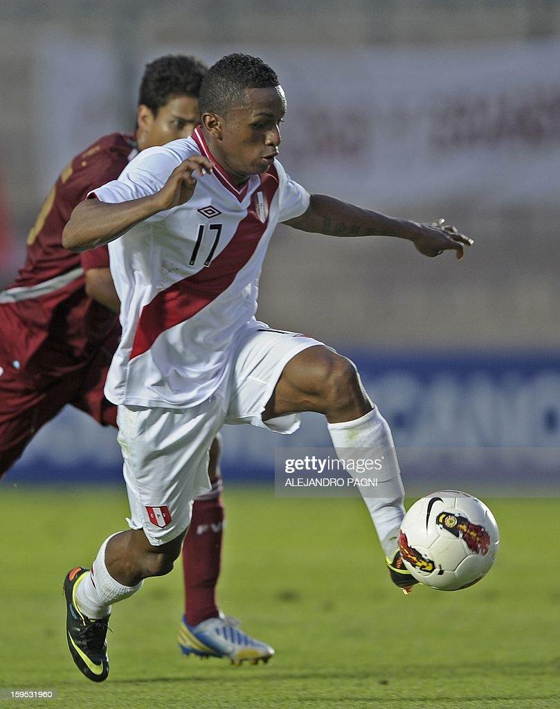 Peruvian forward Yordi Reina controls the ball during their South American U-20 Championship Group B football match against Venezuela, at Bicentenario stadium in San Juan, Argentina, on January 14, 2013. Four South American teams will qualify for the FIFA U-20 World Cup Turkey 2013. Peru won by 1-0.