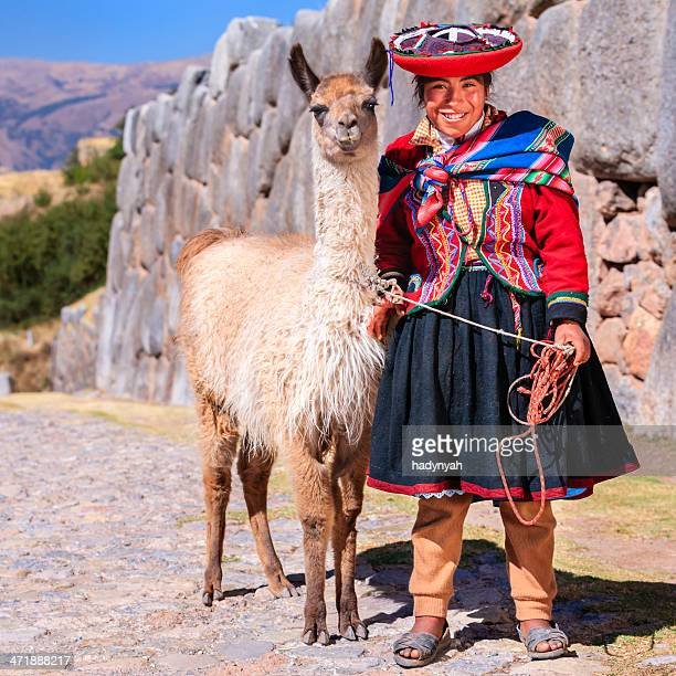 Usa ropa nacional peruano Chica posando con llama cerca de Cuzco