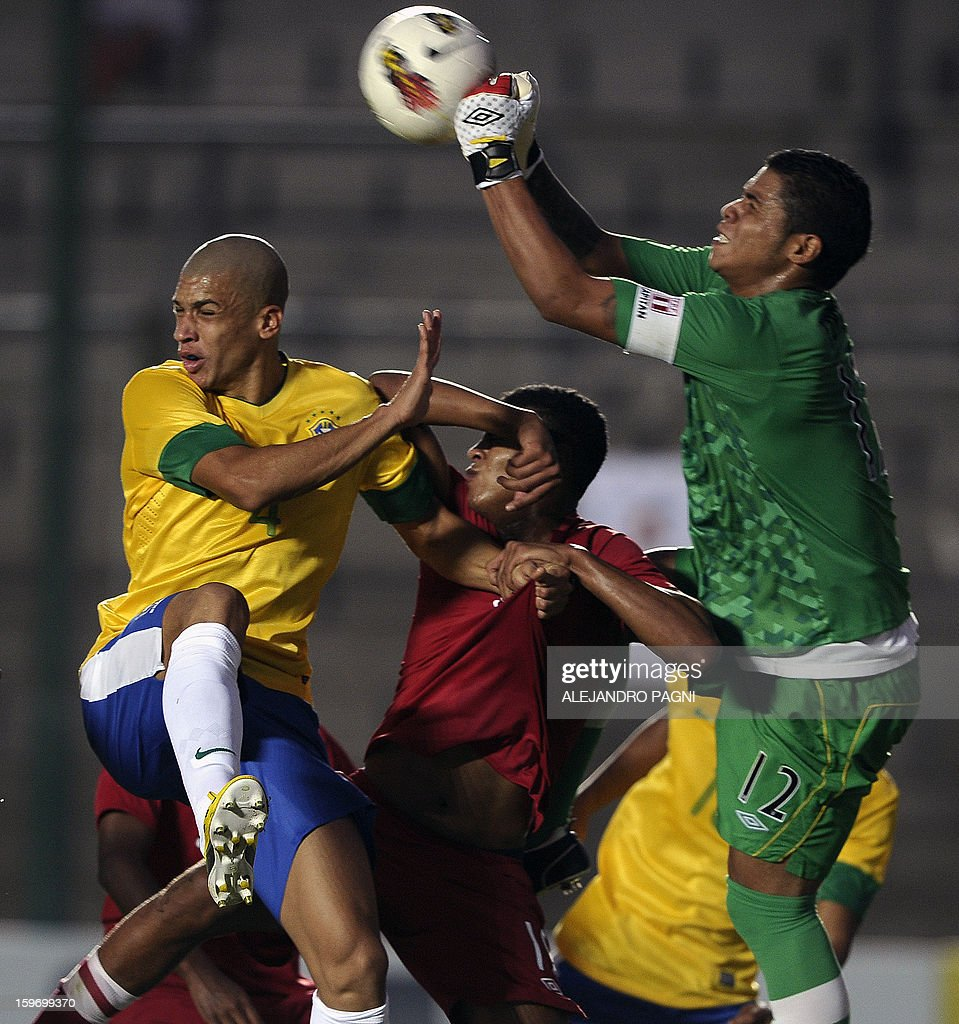 Peruvian goalkeeper Angelo Campos (R) vies for the ball with Brazilian defender Doria (L) during their South American U-20 Championship Group B football match, at Bicentenario stadium in San Juan, Argentina, on January 18, 2013. Four teams will qualify for the Turkey 2013 FIFA U-20 World Cup.