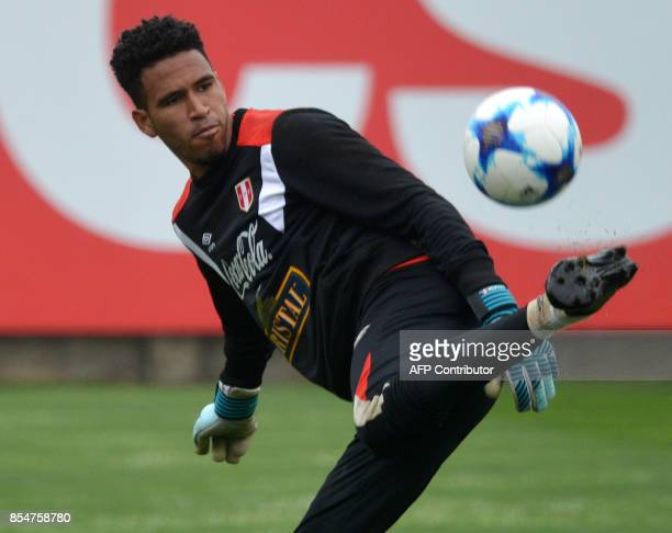 Peruvian goalkeeper Pedro Gallese trains during a daily practice of the national football team at the VIDENA field in Lima on September 27 2017 ahead...