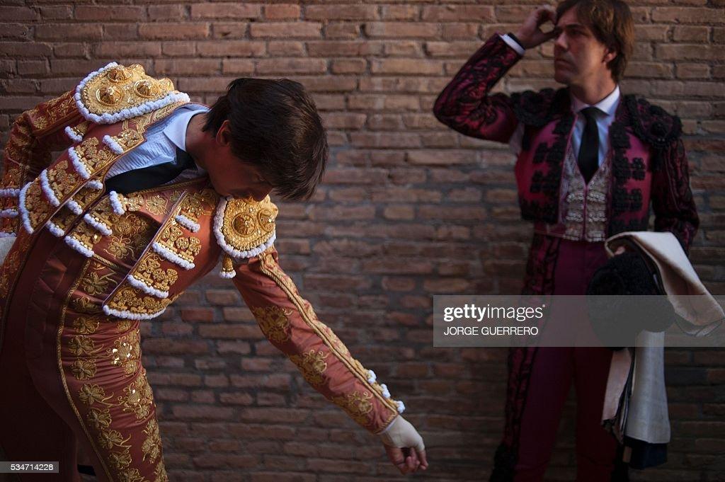 Peruvian matador Andres Roca Rey (L) prepares himself prior to a bullfight during the Corpus festival at a Granada bullring on May 27, 2016. / AFP / JORGE