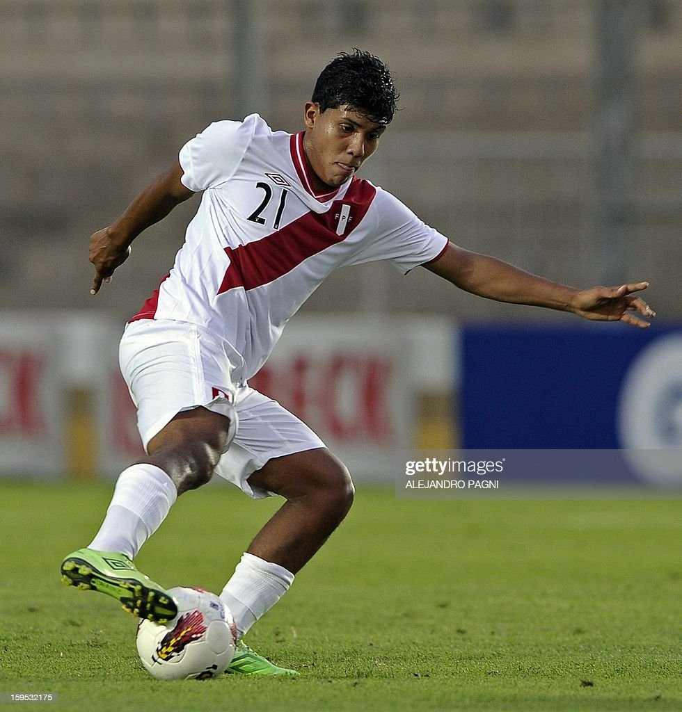 Peruvian midfielder Raziel Garcia controls the ball during their South American U-20 Championship Group B football match against Venezuela, at Bicentenario stadium in San Juan, Argentina, on January 14, 2013. Four South American teams will qualify for the FIFA U-20 World Cup Turkey 2013. Peru won by 1-0.