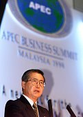 Peruvian President Alberto Fujimori addresses the APEC business summit 16 November during a roundtable session with international businessmen on the...