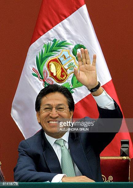 Peruvian President Alejandro Toledo greets students as he visits a school in Lima Peru 29 October 2002 El presidente Alejandro Toledo saluda a los...
