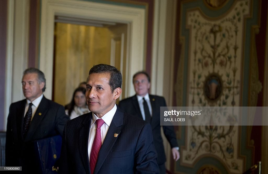 Peruvian President Ollanta Humala (C) arrives for a meeting with the Senate Foreign Relations committee at the US Capitol in Washington on June 10, 2013. AFP PHOTO / Saul LOEB