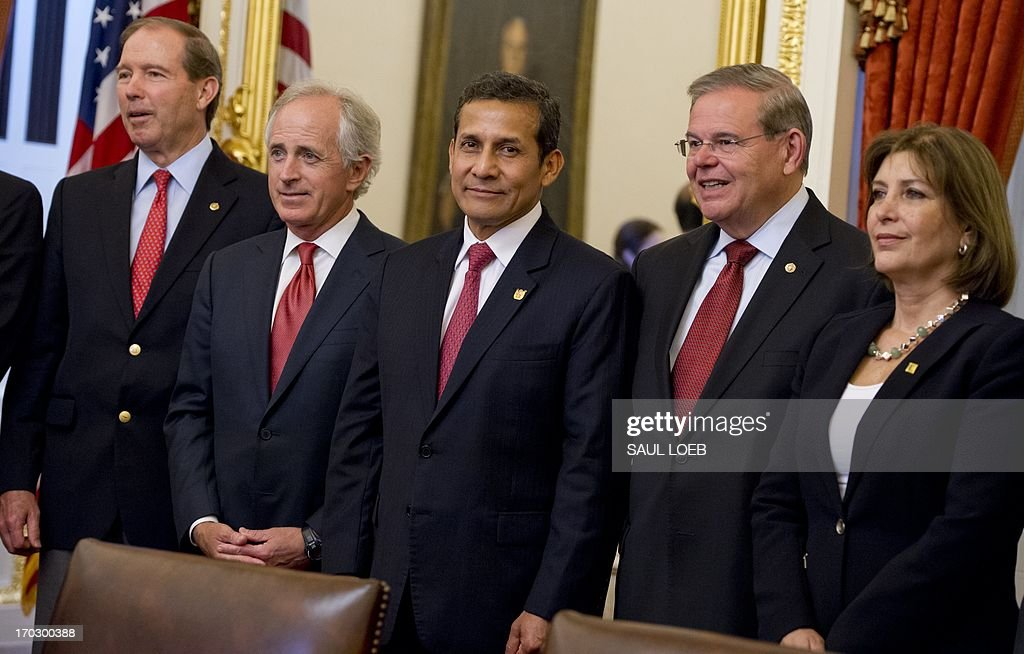 Peruvian President Ollanta Humala (C) stands with members of the Senate Foreign Relations committee, including committee chairman New Jersey Democrat Senator Robert Menendez (2nd R), prior to a meeting at the US Capitol in Washington on June 10, 2013. AFP PHOTO / Saul LOEB