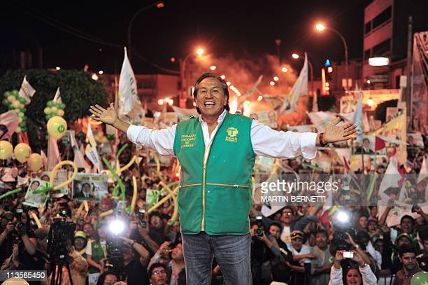 Peruvian Presidential candidate Alejandro Toledo cheers during a campaign rally in Lima Abril 6 2011 AFP PHOTO MARTIN BERNETTI