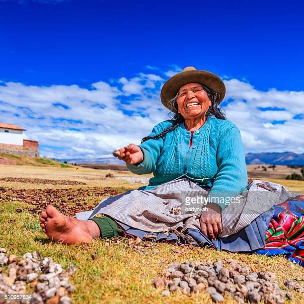 Mulher Peruana preparar chuno congelado de batata, perto de Cuzco, Peru