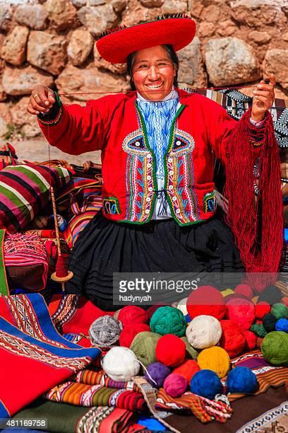 Mujer que venden recuerdos peruano en Inca ruinas, sagrado Valley, Perú