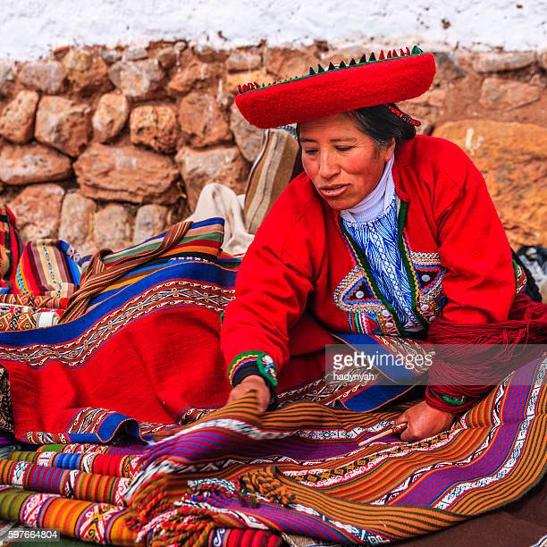 Mulher Peruana venda lembranças em Ruínas Incas, vale sagrado, Peru