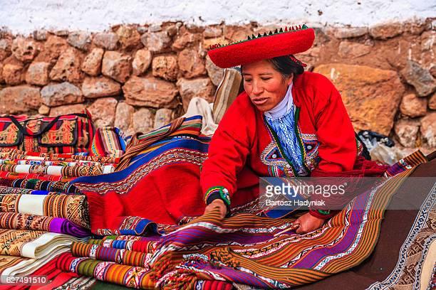 ペルーの女性のインカ遺跡のお土産を販売する、ペルー、聖なる谷
