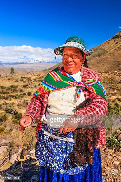 Mulher Peruana fiação lã com a mão perto Colca Canyon, Peru