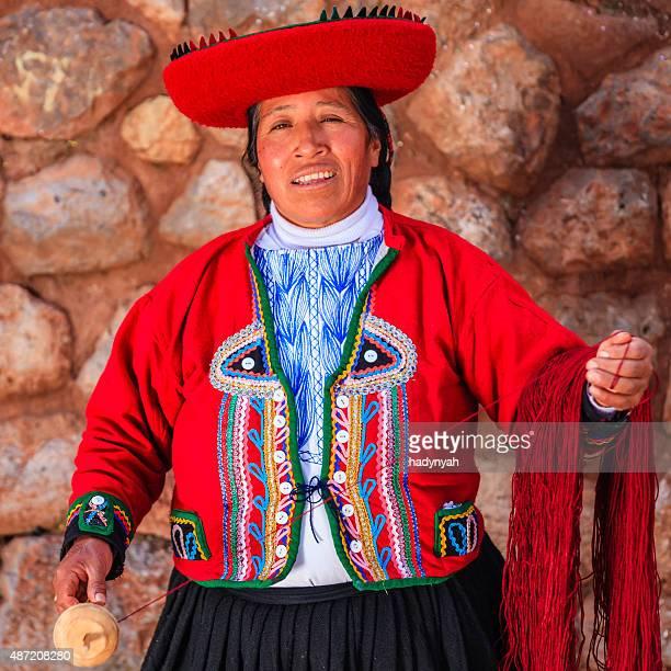 Mulher Peruana fiação lã por lado, vale sagrado, Peru