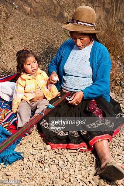Cerca de mujer peruano weaving Pisac el sagrado Valley