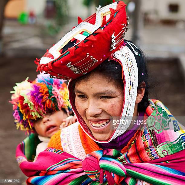 Mulher Peruana, com seu bebê na parte de trás, Ollantaytambo