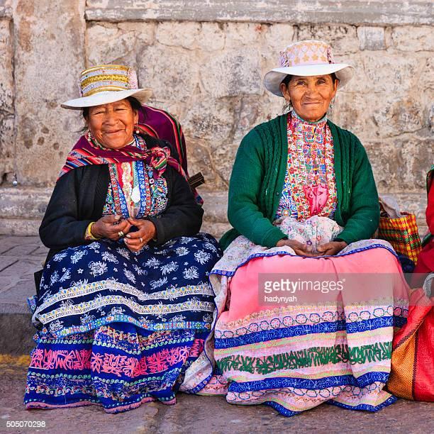 Mujeres en ropa nacional peruano, Chivay, Perú