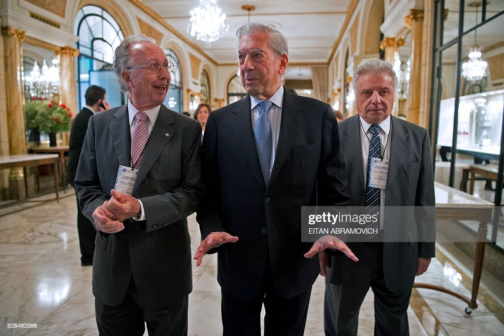 Peruvian writer and Nobel laureate Mario Vargas Llosa (C) arrives for a conference staged by the Argentine Chamber of Commerce entitled 'Argentina: Facing Toward the Future' in Buenos Aires, Argentina, on May 05, 2016. / AFP / EITAN