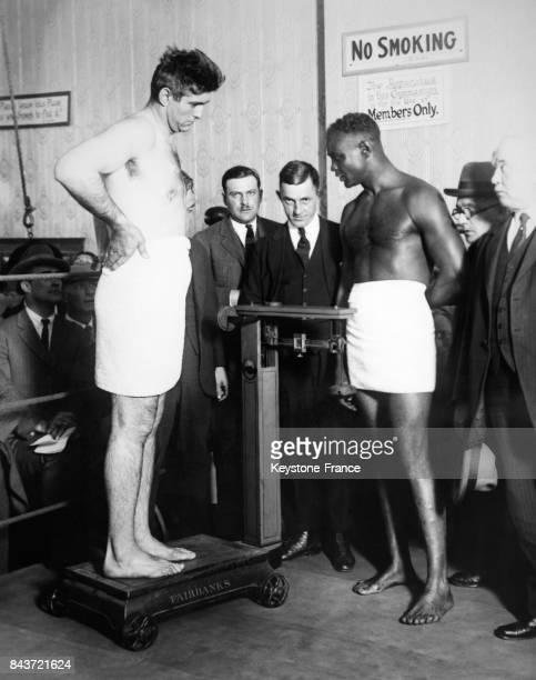 Pesée du boxeur argentin Luis Angel Firpo en présence de son futur adversaire le boxeur noir Harry Wills en 1924 à Hoboken NJ