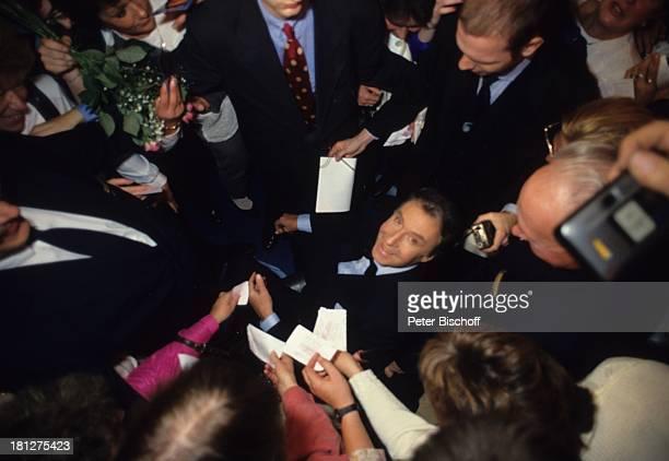 Peter Alexander Fans im Anschluß an die Aufzeichnungen der ZDF/ORFShow 'Peter Alexander Show' Grinzing Wien sterreich Smoking Fliege Autogramm...