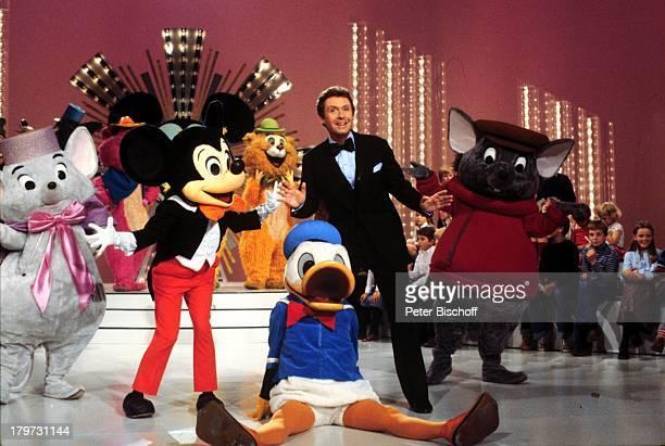 Peter Alexander im Duett mit Mickey Maus'Peter Alexander Show' ZDF Bühne Comic Fliege TVShowmaster Entertainer Sänger Schauspieler Promis Prominente...